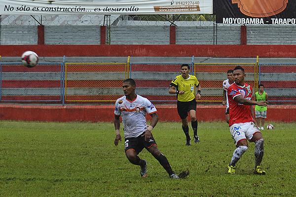 David Díaz envía el balón ante la mirada de Éver Chávez. (Foto: Jhon Guevara)