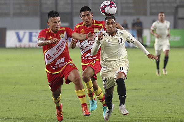 Roberto Siucho se enfrenta a Alfredo Junior Rojas en la volante. (Foto: Pedro Monteverde / DeChalaca.com)