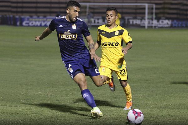 Josepmir Ballón hace imposible el avance de Sandro Rengifo. (Foto: Pedro Monteverde / DeChalaca.com)