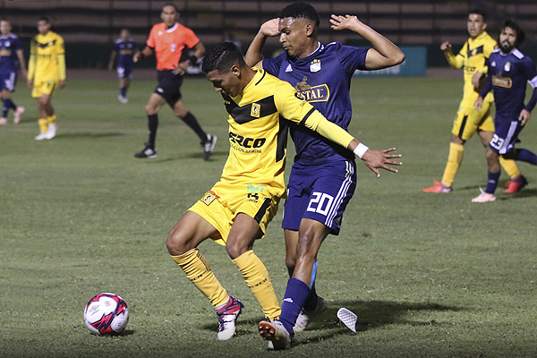 Duelo de laterales jóvenes: Marcos López ante Carlos Cabello. (Foto: Pedro Monteverde / DeChalaca.com)