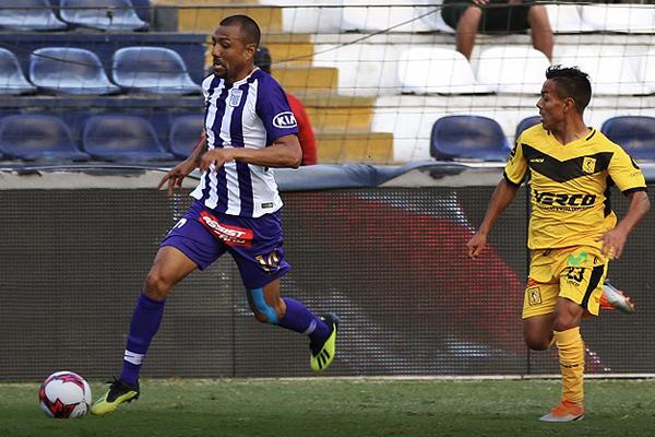 Luis Ramírez intenta desequilibrar por derecha ante la marca de Sandro Rengifo. (Foto: Pedro Monteverde / DeChalaca.com)