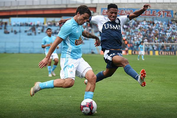 Gabriel Costa intenta sacar el centro ante un José Bolívar que experimentó como lateral. (Foto: Álex Melgarejo / DeChalaca.com)