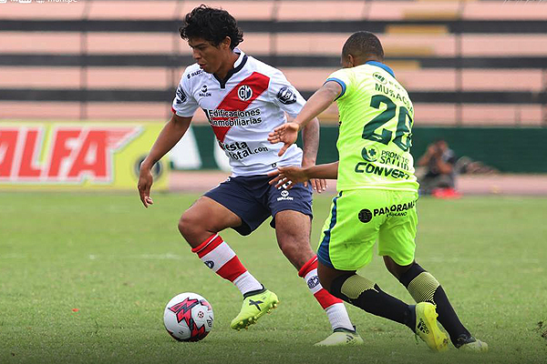 Carlos Javier Flores controla la redonda mientras sale de la marca de Jorge Bazán. (Foto: Prensa Deportivo Municipal)