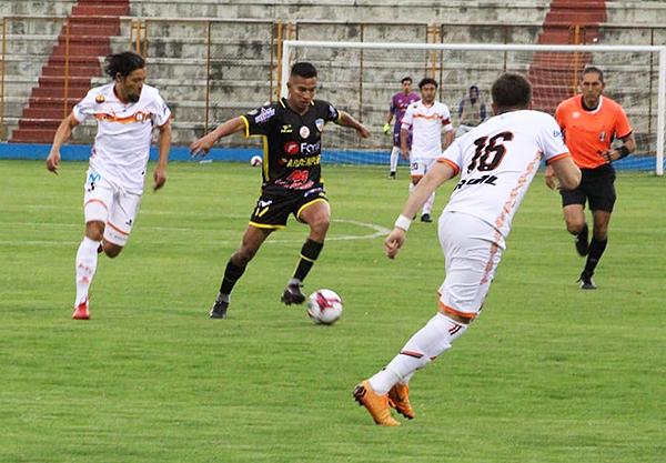Ni el buen partido de Gerald Távara pudo salvar a Rosario de la derrota. (Foto: Antony Cúper / Visión Deportiva Huaraz)