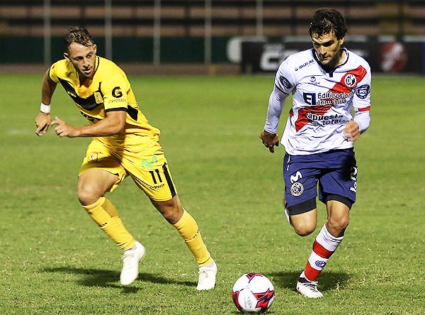Diego Pizarro y Álvaro Ampuero en un duelo por la banda. (Foto: Pedro Monteverde / DeChalaca.com)