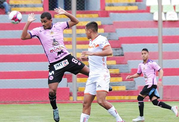 Nelinho Quina pasa algunos apuros con el avance de Aldair Perleche. (Foto: Prensa Ayacucho FC)