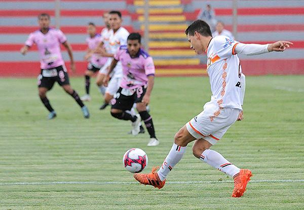 José Anthony Rosell se acomoda para mandar el balón al área. El principal recurso de Ayacucho FC. (Foto: Prensa Ayacucho FC)