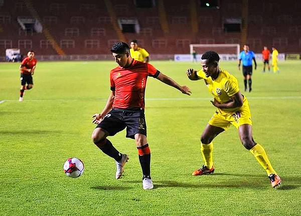 Luis Iberico cuida el balón mientras lo sigue Éderson Mogollón. (Foto: Diego Ramos / Frase Corta)