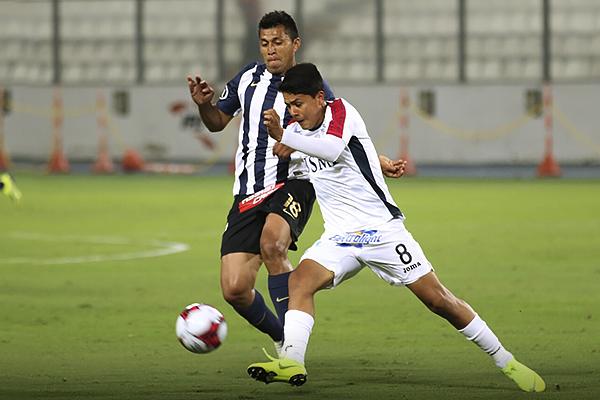 Jairo Concha y Rinaldo Cruzado en un duelo de jugadores con mucha técnica. (Foto: Pedro Monteverde / DeChalaca.com)