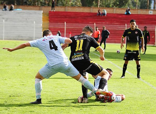 Lampros Kontogiannis y Adrián Ugarriza se enfrentan por el balón. (Foto: cortesía Luis Padilla)