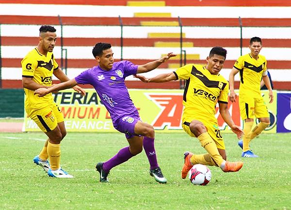 Diego Ramírez se enfrenta a Yamid Villena por al pelota. (Foto: Pedro Monteverde / DeChalaca.com)