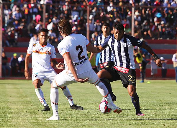 Sixto Ramírez se cruza en el camino de Christian Adrianzén. (Foto: cortesía Ovación digital)