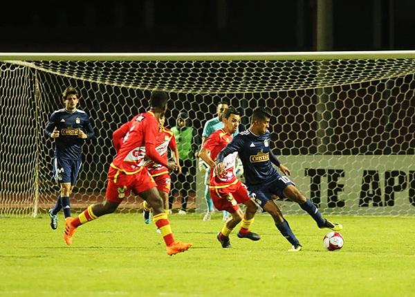 Yulián Mejía protege el balón, pero Ricardo Salcedo estuvo eficaz en la recuperación. (Foto: Cortesía)