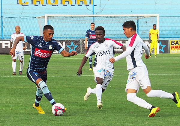 Jhonny Vidales encara a José Luján y a Koffi Dakoi en uno de los pocos ataques garcilasianos. (Foto: Aldo Ramírez / DeChalaca.com)