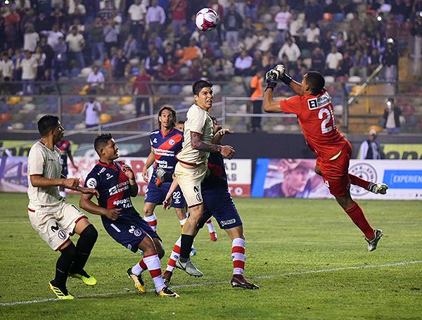 Steven Rivadeneyra responde ante el intento de Horacio Benincasa mediante el juego aéreo. (Foto: Álex Melgarejo / DeChalaca.com)