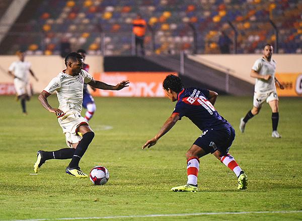 Alberto Quintero se enfrenta a Carlos Javier Flores. El panameño no tuvo muchos espacios para atacar. (Foto: Álex Melgarejo / DeChalaca.com)