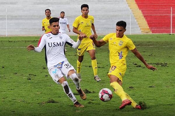 Flavio Ramírez y Yamid Villena pelean por el balón. (Foto: cortesía Luis Padilla)