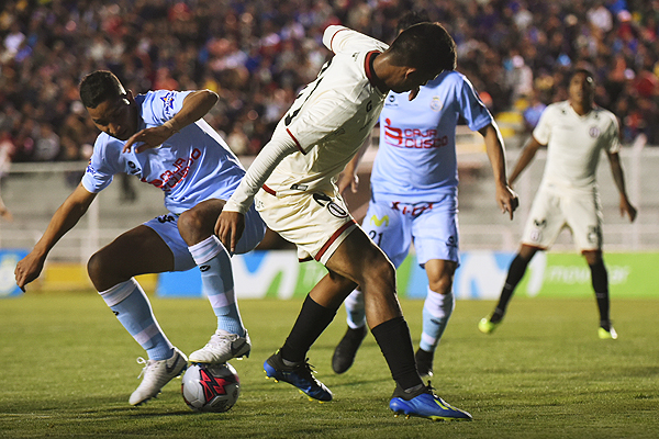 Anthony Osorio pelea con Jean Pierre Archimbaud luchan por el esférico. (Foto: Álex Melgarejo / DeChalaca.com)