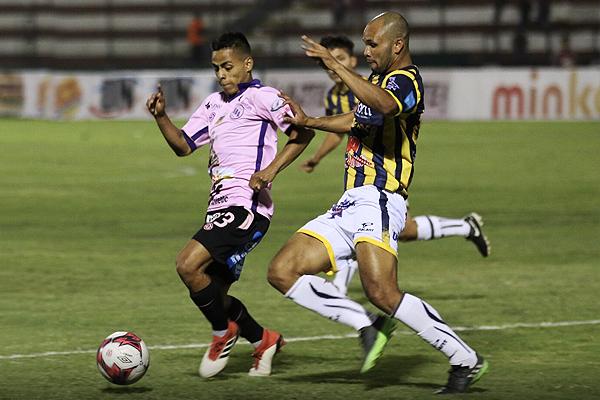 Josueé Herrera provocó muchos problemas en John Tapia. (Foto: Pedro Monteverde / DeChalaca.com)