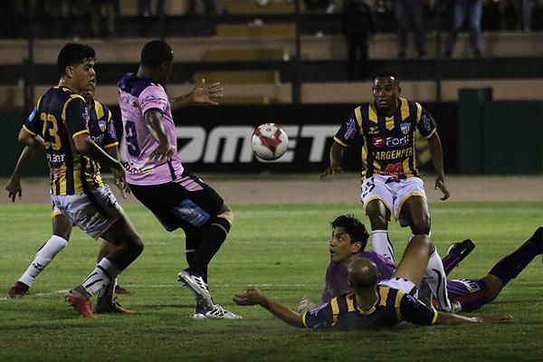 Luis Llontop se esfuerza para evitar el remate de Luis Tejada. (Foto: Pedro Monteverde / DeChalaca.com)