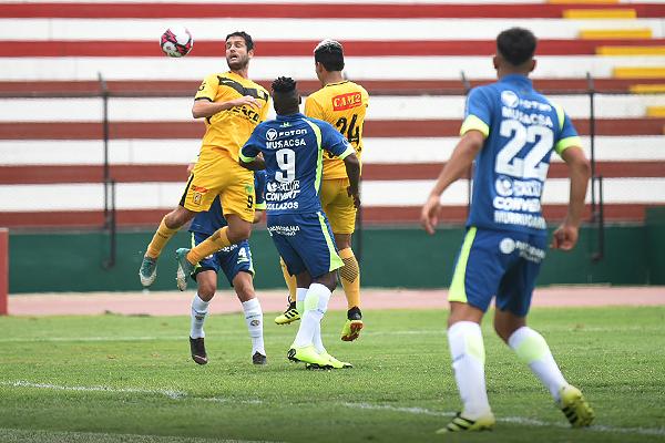 Gianfranco Labarthe se impone en el juego aéreo. (Foto: Álex Melgarejo / DeChalaca.com(