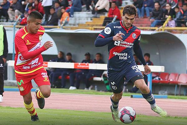 Waldir Calderón abrió la cuenta para el 'Matador', pero también aportó en recuperación. En la jugada, sigue a Álvaro Ampuero. (Foto: Prensa Deportivo Municipal)