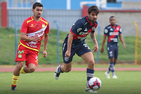 Pier Larrauri en acción ofensiva, mientras Ricardo Salcedo pretende alcanzarlo. (Foto: Prensa Deportivo Municipal)