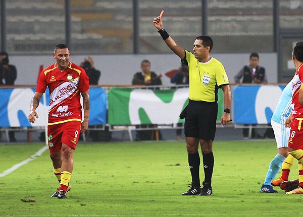 Expulsado Carlos Neumann, Huancayo se quedó con mínimas posibilidades de pelear en el encuentro. (Foto: Pedro Monteverde / DeChalaca.com)