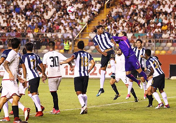 Leao Butrón tuvo un trabajo impecable en el arco aliancista. Los íntimos pegaron en el final. (Foto: Pedro Monteverde / DeChalaca.com)