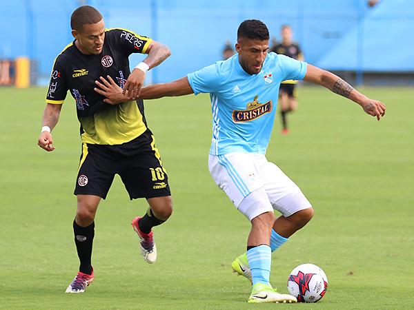 Millan intenta ganarle la posición a Ballón. Un duelo interesante en la mitad de cancha. (Foto: Pedro Monteverde / DeChalaca.com)