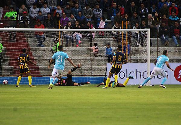 Herrera vence a Libman. Una vez más, el goleador rimense apareció. (Foto: Anthony Cúper / Visión Deportiva Huaraz)