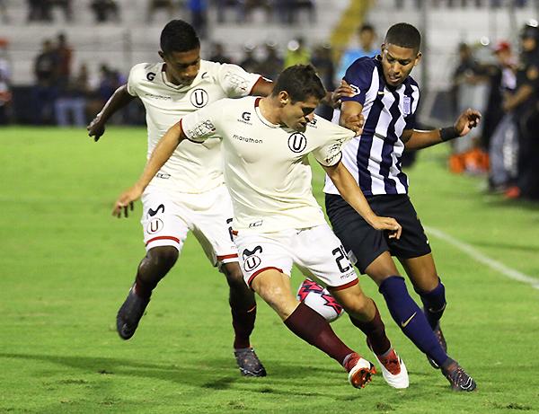 Corzo pelea el balón ante Marina. (Foto: Pedro Monteverde / DeChalaca.com)