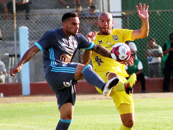 Herrera disputa el balón con Servín. Duelo extranjero ganado por el argentino. (Foto: prensa Sporting Cristal)
