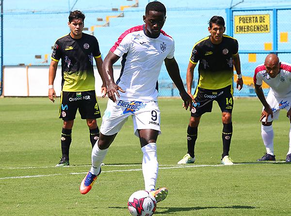 Aké Loba marcó un doblete, pero no le alcanzó a los santos para ganar. (Foto: prensa Universidad San Martín)