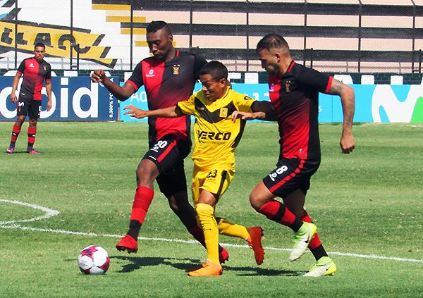 Rengifo ingresó, pero poco pudo hacer ante la presión de Míguez y J. Fuentes. (Foto: Aldo Ramírez / DeChalaca.com)