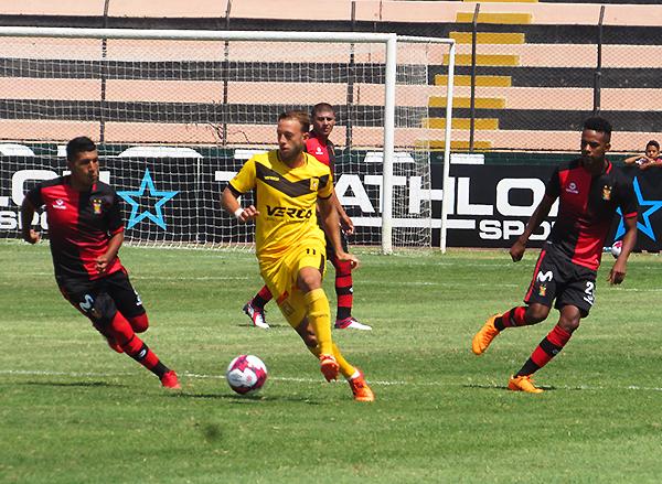 Pizarro intenta profundizar el juego, mientras Sánchez lo persigue. (Foto: Aldo Ramírez / DeChalaca.com)