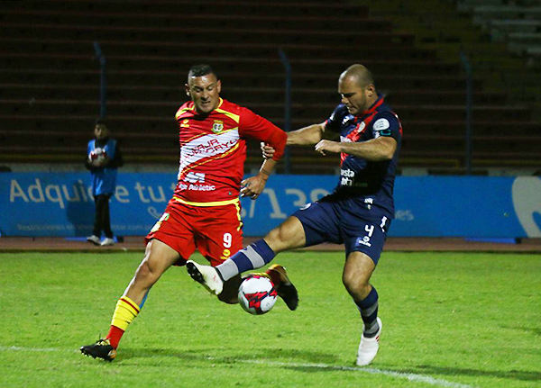 Neumann se enfrenta a Zela en un duelo de potencia. El paraguayo anotó el gol del triunfo. (Foto: Guido Castillo / A Todo Deporte)