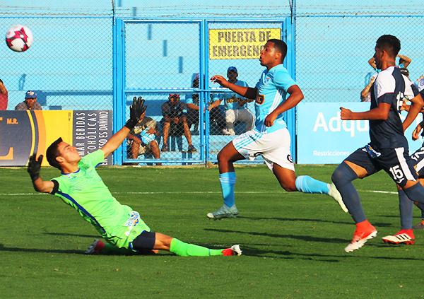Flavio Gómez define con clase ante la salida de Alejandro Duarte. Era el cuarto gol rimense. (Foto: Aldo Ramírez / DeChalaca.com)