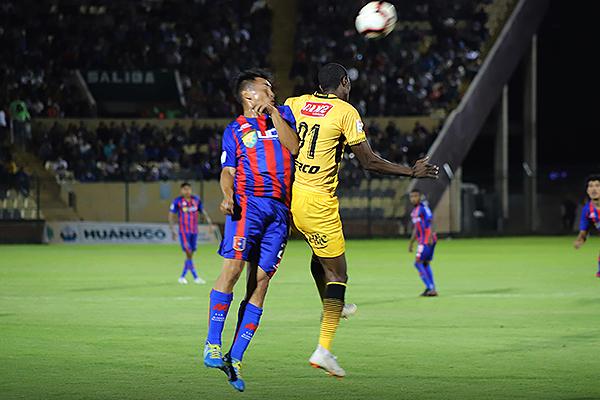 Lasso pudo causar un penal perjudicial para Cantolao en función defensiva. Acá salta con Encinas. (Foto: Mijaíl Úrsula)