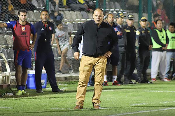 En su estreno como DT de Primera División, Revollar se vio obligado al replanteo rápido por la expulsión de Rivas. (Foto: Mijaíl Úrsula)