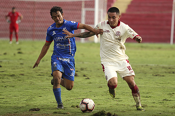 Deza estuvo intratable y en el segundo tiempo estuvo cerca de marcar un golazo. (Foto: Luis Padilla)