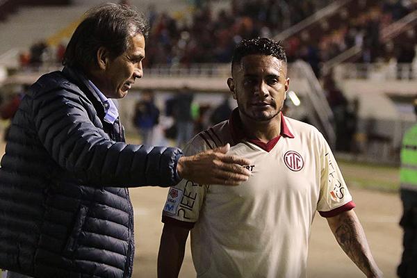 Franco Navarro dialoga con Mario Ramírez. El uruguayo es alternativa habitual del 'Gavilán'. (Foto: Fredy Salcedo / DeChalaca.com)