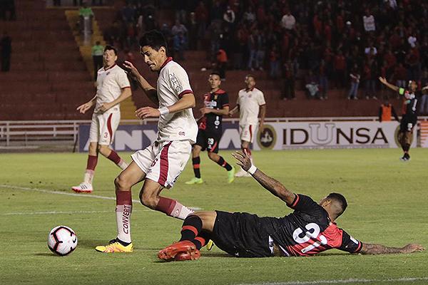 Sergio Almirón pelea el balón con Edwuin Gómez. El argentino anotó de penal sobre el final, pero minutos antes a UTC no le habrían cobrado otro. (Foto: Fredy Salcedo / DeChalaca.com)
