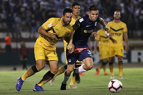 Víctor Salas y Adrián Ugarriza en una lucha constante por el balón. (Foto: Pedro Monteverde / DeChalaca.com)