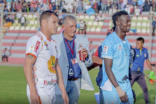 Aunque había decidido mantenerlo en el banco esta vez, Viera se vio obligado a lanzar al campo a Souza ante la expulsión de Guerra. (Foto: Prensa Ayacucho FC)