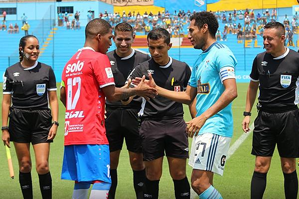 Arbitraje tranquilo de Mendoza en el Gallardo. (Foto: Fabricio Escate / DeChalaca.com)