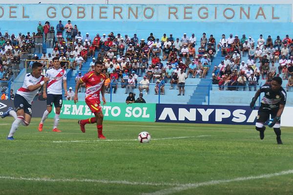 Aunque Hermoza fue incapaz de evitar los goles, tuvo buenas intervenciones. (Foto: Mario Azabache / DeChalaca.com)