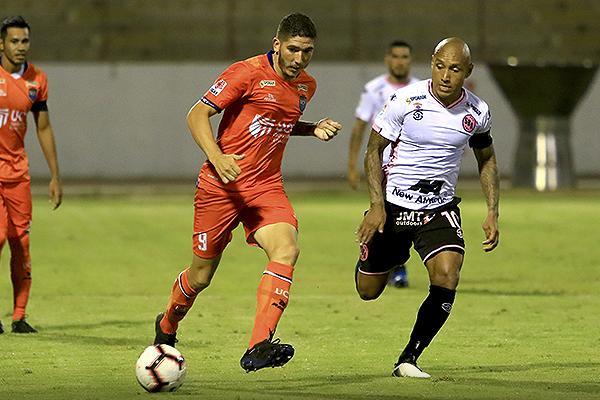 Silva no ha hecho un feliz reentré al fútbol peruano. Acá conduce el balón ante Chávez. (Foto: Celso Roldán / DeChalaca.com)
