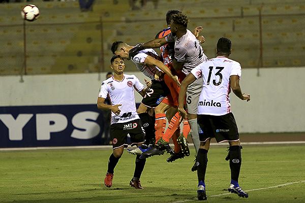 Ortiz estuvo muy atento en general, como acá para sacarle el balón a Quinteros en una carga. (Foto: Celso Roldán / DeChalaca.com)