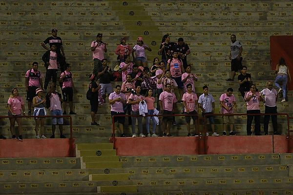 La hinchada rosada, con fidelidad, dijo presente en el Mansiche. (Foto: Celso Roldán / DeChalaca.com)